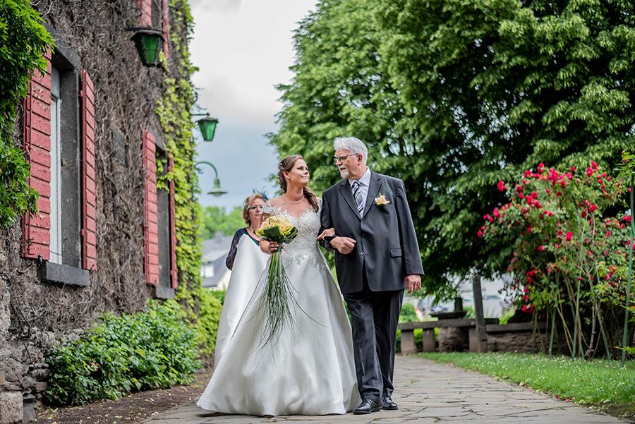 Vater Tochter auf dem weg zur trauung in Neuwied Hochzeitsfotografie
