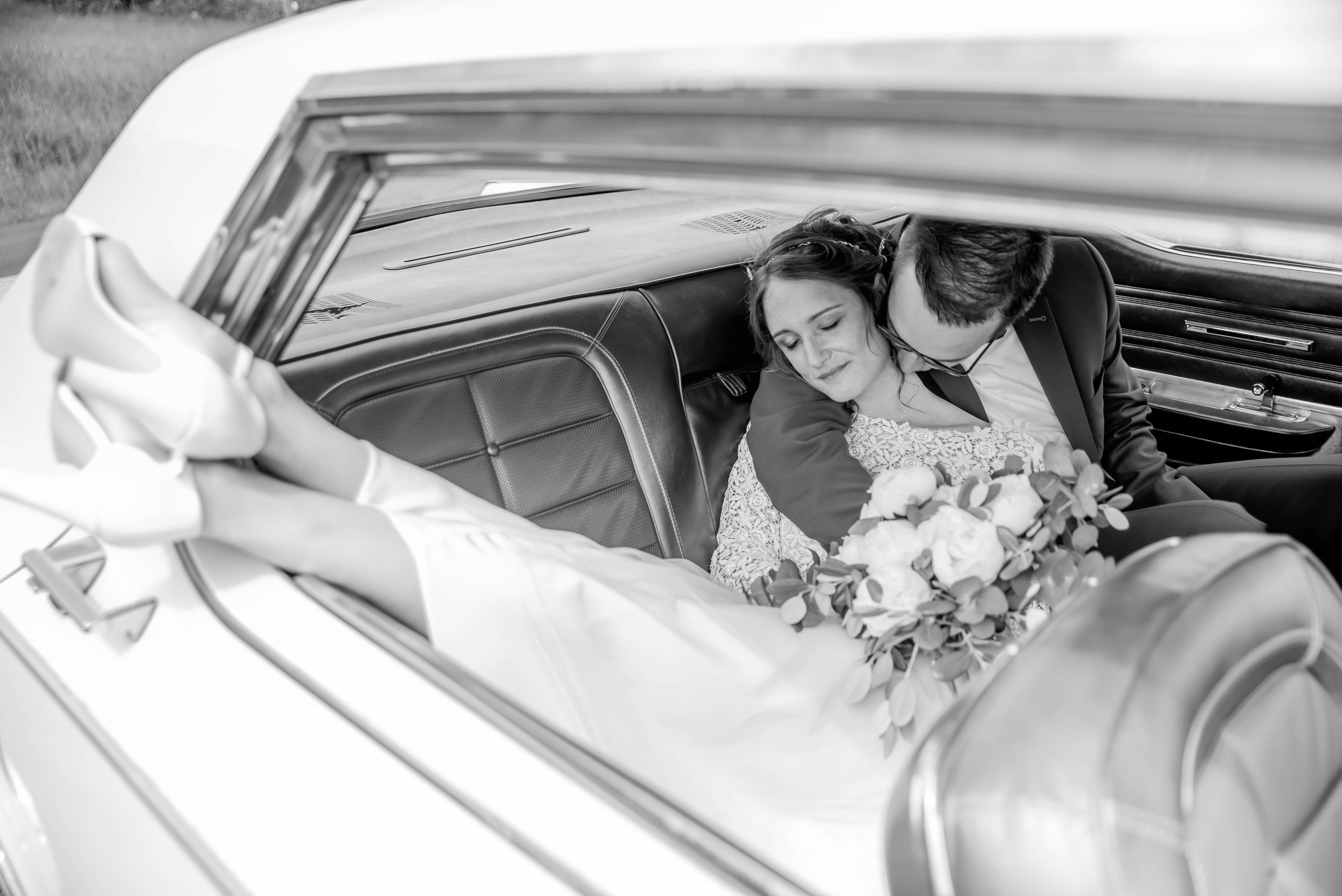 Brautpaarshooting mit einem Oldtimer Westerwad Hochzeit wedding Hochzeitsfotografin Nina Mellinghoff Elsoff Rennerod Limburg Weilburg Koblenz