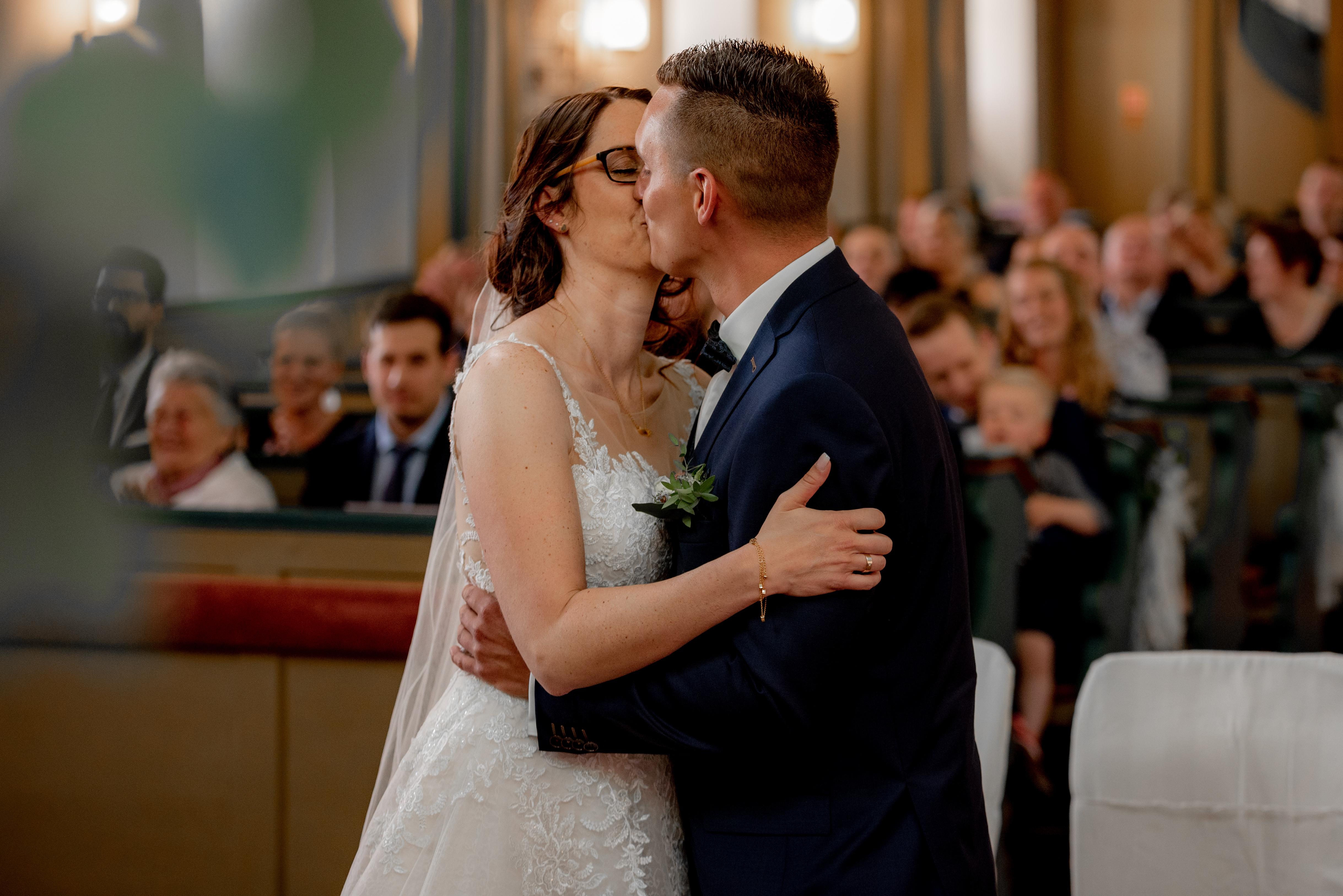 Hochzeit hochzeitsshooting Brautpaar Brautkleid Braut wedding Hochzeitsfotografin Kirche Kirchliche First Kiss