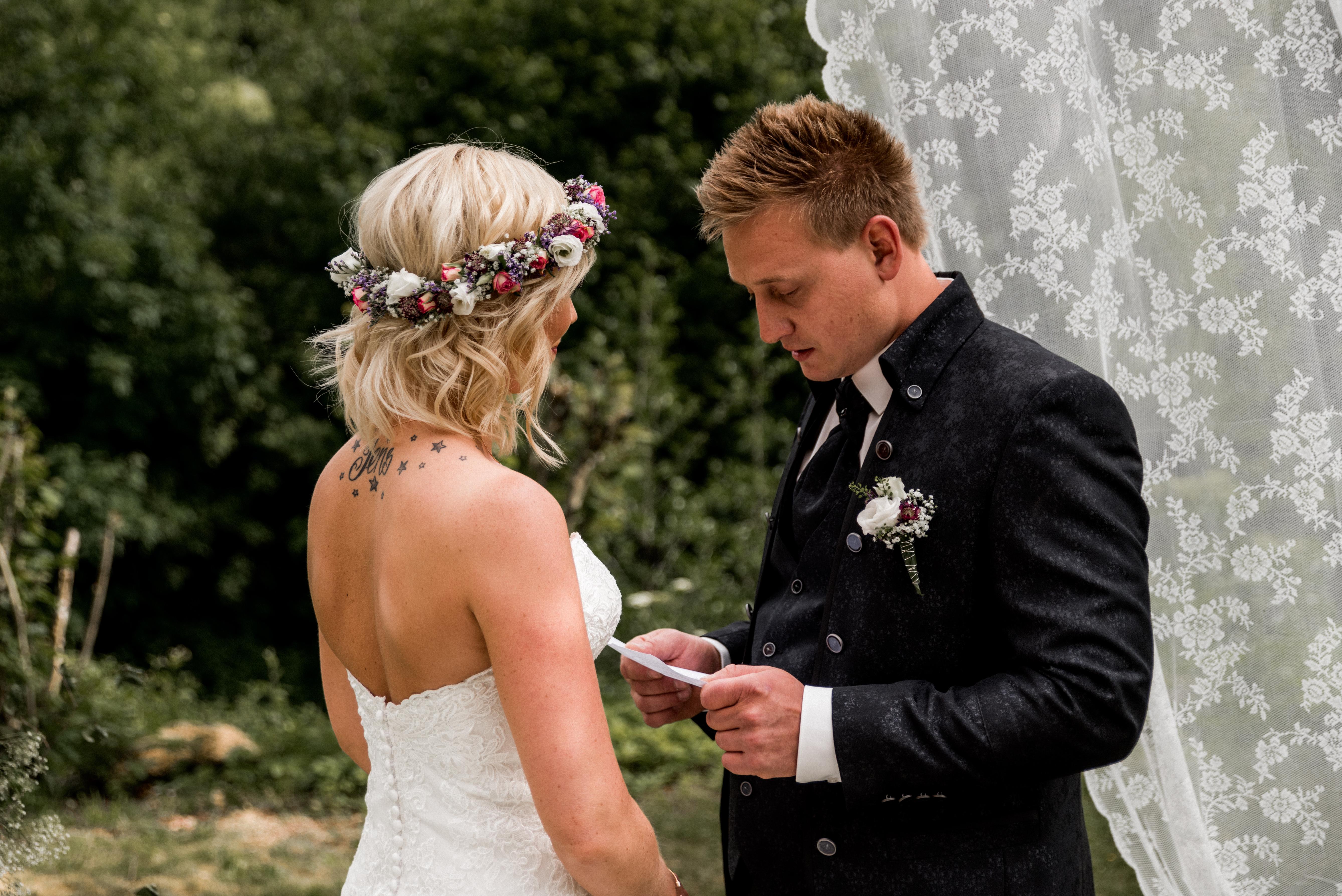 Hochzeit hochzeitsshooting Brautpaar Brautkleid Braut wedding Hochzeitsfotografin Kirche Kirchliche First Kiss freie Trauung Rede Hochzeitsrede Gelübte